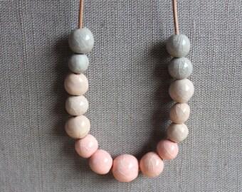ETSY LOOKBOOK 2015, handgemachte Keramik Halskette, verblassen der Farben rosa, Creme und grau Perlenkette