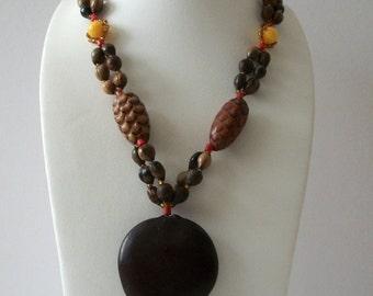 ON SALE Vintage 1940s Brown Earthy Pine Cones Wood Plastic No Claso Tassel Necklace 102316
