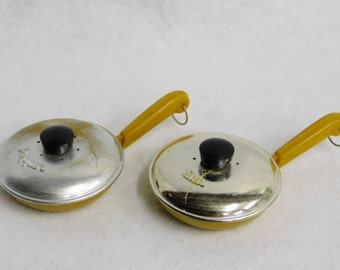 Vintage Brillium Plastic Frying Pan Salt and Pepper Shaker Set