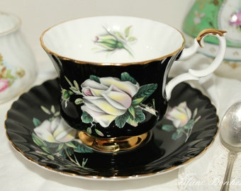 Royal Albert: Black tea cup and saucer with white roses