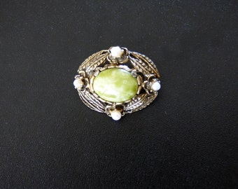 Vintage Brooch. A small oval shaped brooch set with a central 'Jade' cabochon and outlined with 'Pearls'.  JS317.