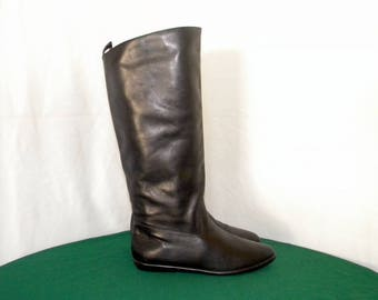 Sz 7m Women Vintage tall black leather flat 1980s pull on riding boots.