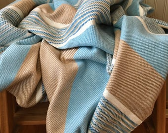 Cast of quality acrylic wool blanket. Inspired by the sea. Super soft and warm. Wool blanket. Turquoise, beach.