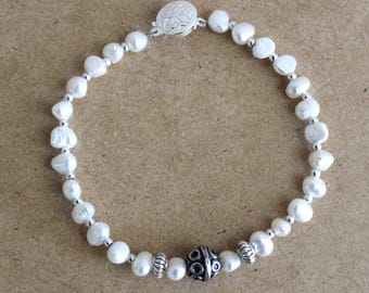 Bracelet with natural freshwater pearls and metal beads in silver color