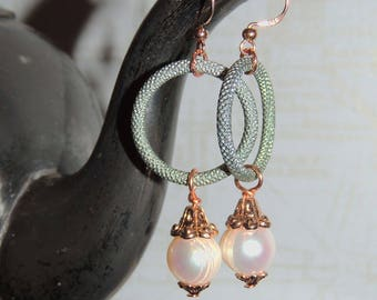Long earrings with genuine cultured pearl