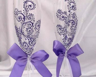 Glasses for a purple wedding flutes champagne glassesWedding glasseswedding toasting glasseshandmade wedding flutesPurpleoutfitPurplewedding
