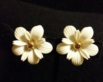 Sara Coventry White Daisy Clip Earrings