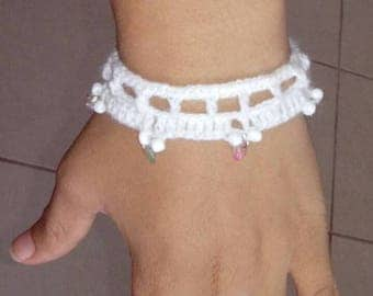 Bracelet woven in crochet of white wool with natural stones and beads