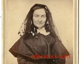 Smirking widow cdv mourning memorial vintage photo lace veil black dress dark Victorian woman