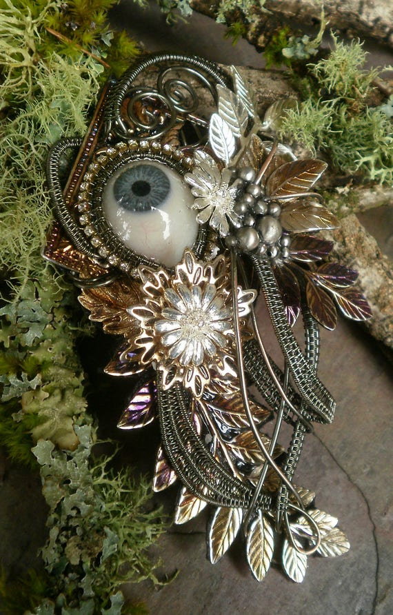 Gothic Steampunk Augenbrosche Eye Pin Pendant with Dark Wire and Blue Prosthetic Eye