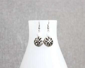 Boucle d'oreille, blanche, fleur, flower, bijoux femme,bijoux québécois, breloque metal, argent, délicate, st valentin, cadeau pour elle