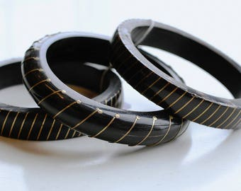 1980s Indian black horn and brass stripe bangle set / 80s vintage three bangle stack / black and gold bangles / bangle bracelets India