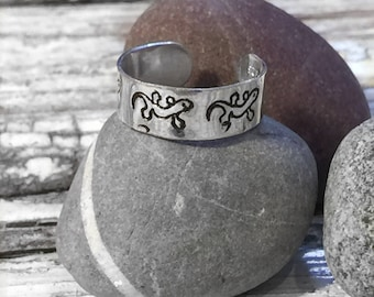 Handmade sterling silver toe ring with gecko pattern, gecko toe ring, lizard pattern, holiday jewellery, beach jewellery, summer