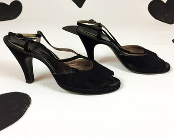 late 1940's black suede open toe T-strap high heels 40's avant garde slingback scalloped asymmetrical peep toe pinup pumps / size 9 M / Noir