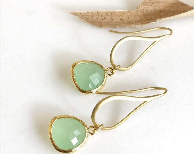 Bridesmaids Earrings in Mint and Gold. Dangle Earrings. Drop Earrings. Bridesmaid Earrings. Drop Earrings. Gift. Wedding Jewelry.