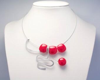 Collier rouge en verre fusionné et aluminium