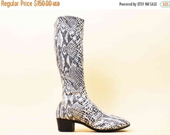 20% OFF 1DAY SALE 60s Vtg Monochrome Python Vinyl Snakeskin Zip Up GoGo Knee High Boots / Chunky Platform Heel Boho Rock N Roll 8 8.5 Eu 38.