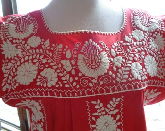 Vintage Hand Embroidered Mexican Folk Art Style Red Dress in Very Good Condition with wonderful exceptional detailed white embroidered art
