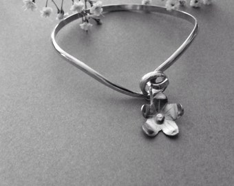 Sterling silver 925 daisy flower bangle  with hand cut flower 1 only made by Glints great for Christmas