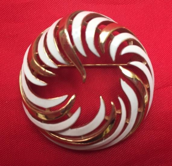 Crown Trifari Brooch - White Enamel gold - Mid century - Wreath Round  pin