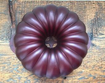 Vintage Tupperware Cake/Jello Mold 3QT / Tupperware Bunt Cake Mold / Purple Acrylic Tupperware Microwavable Cake Mold