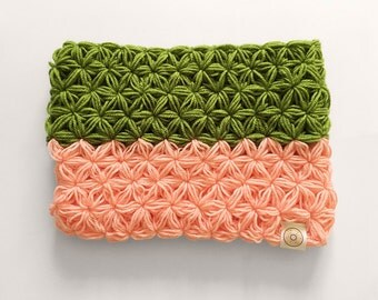 Soft & chuncky colour blocked crochet cowl / circle infinity scarf / snood in pink and green (made with the star stitch)