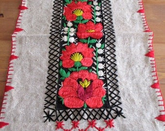 241. Vintage hand embroidered table runner from Transylvania ( 1970s)