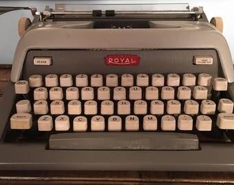 Royal Futura 800 working manual typewriter with case