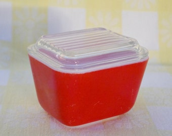 Pyrex Refrigerator Rectangular Dish with Clear Glass Lid in Red