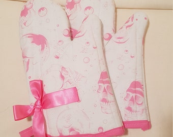 White with Pink Skulls Oven Mitts