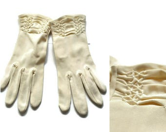 Vintage Cream Gloves with Ruching Detail // Stretchy Cream Gloves Size 7