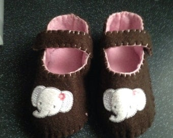 Pink & brown felt booties with appliqued elephant.