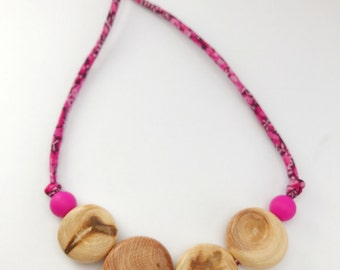Nursing necklace/teething necklace: aromatic juniper and liberty (fuchsia pink)