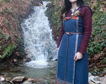 Pan de tablier viking en laine bleue, Harris Tweed orange et soie grise