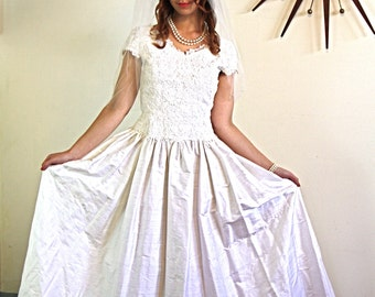 Vintage 60s Modest Wedding Dress Ivory Chantilly Lace Short Cap Sleeve Full Skirt Off White Silk Retro 1960s Sweetheart Bridal Gown Size 4 6
