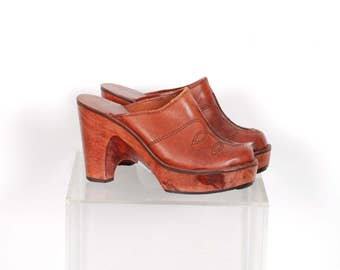Vintage 1970s Shoes / 70s Leather and Wood Platform Clogs / Brown ( size 7 )