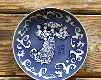 Royal Copenhagen 1972 Annual Mother's Day Mors Dag Wall Plate Signed Kamma Svensson Cobalt Blue Mid Mod Commemorative