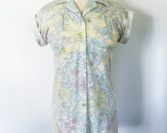 Vintage 1970s 1980s Pastel Floral Short Sleeve Button Up Shirt with Cuffed Sleeves