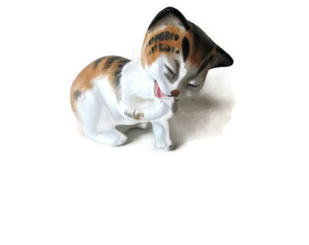 Royal Doulton Grooming Front Paw Cat #2583 Peggy Davis 1970s Cat Lover Gift
