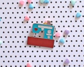 vinatge sewing machine - hard enamel pin