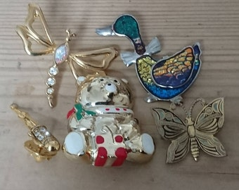 Lot of five vintage brooches /pins