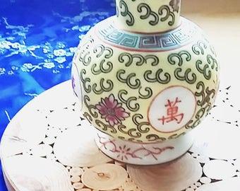 Oil jar, Chinese,  Mun Shou 'Longevity' design Zhongguo Jingdezhen Vintage Chinese Jar