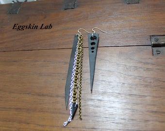 Coppia di orecchini in ottimo cuoio nero italiano e alluminio con monachella/gancino in argento 925, molto leggeri, fatti a mano in Italia.