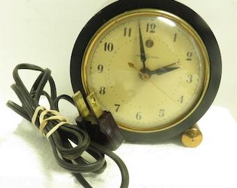 """Vintage Art Deco Black Bakelite General Electric 4 1/4"""" Diameter Working Clock."""