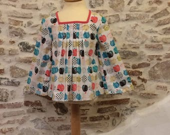 Blouse girl T: 5 years, pattern cats and apples