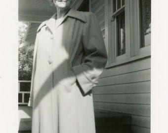 """Snapshot Photo """"Granny Pearl and Her Warm Smile"""" Shadow Hand in Pocket Pose Front Porch House Home Grandmother Found Vernacular Foto - 75"""