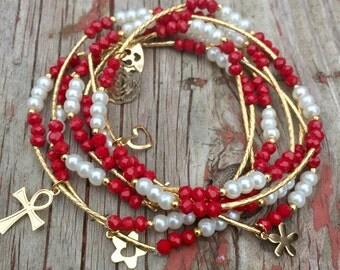 Garnet and Pearl Bracelet Set with gold plated charms - Pulseras Semanario Perla con Rojo Solido con dijes de chapa de oro