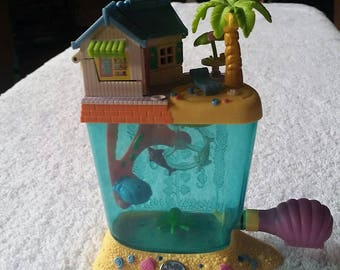 1996 Polly Pocket Dolphin Island Aquarium Complete with Dolls and all parts. Scuba girl missing hand. Bluebird Toys.
