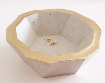 GEOSCHALE AUS BETON — geometrische Schalen, Ringschalen, Aufbewahrung, Wohndekor, Ringschale, Schmuckschale, Geschenke, grau, gold, handmade
