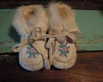 Vintage White Leather Moccasins / Baby Moccasins With Fur / Pink and Blue Beading Accents